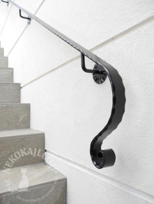 ロートアイアンの壁付け階段手摺