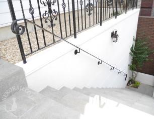 ロートアイアン手摺のついた階段