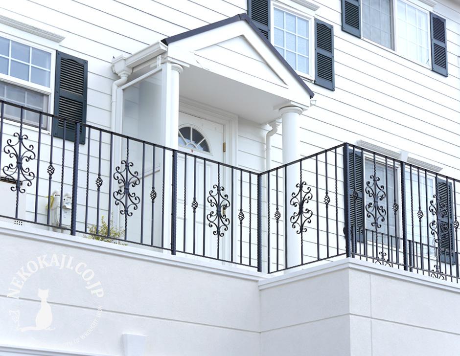 ロートアイアンのバルコニーフェンスがついた瀟洒な邸宅