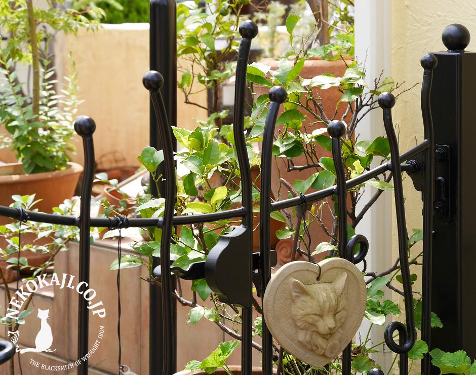 ティム・バートン 風樹木のアーチに合わせた門扉
