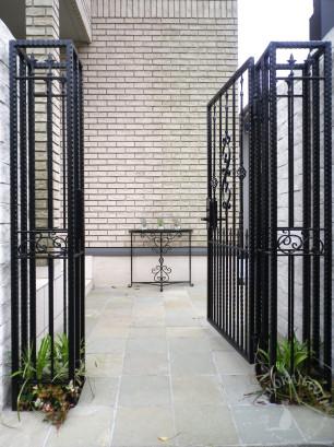 ロートアイアンの コンソールテーブルと門扉