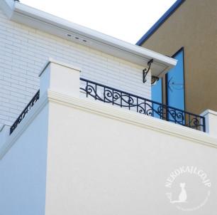 白亜の住宅を引き立てる バルコニーフェンス2