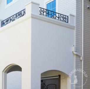白亜の住宅を引き立てる バルコニーフェンス3
