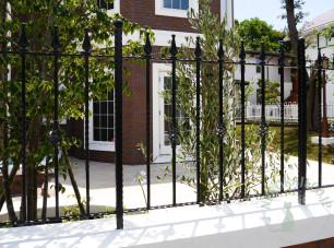 ガーデンに面したロートアイアンフェンス