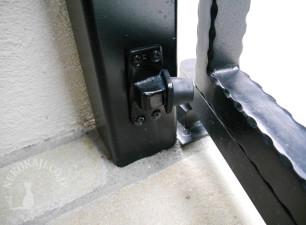 重量扉用大型軸吊ヒンジを採用