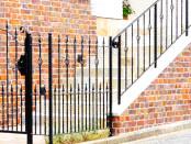 玄関までのアプローチを彩るアイアン門扉と手摺