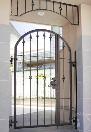 マンションの入り口を飾るアーチと親子門扉2