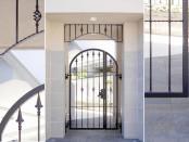 マンションの入り口を飾るアーチと親子門扉