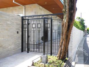庭木を囲うツリーフェンスとアイアン門扉