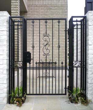 ヨーロピアン志向の 門柱 と 門扉 2