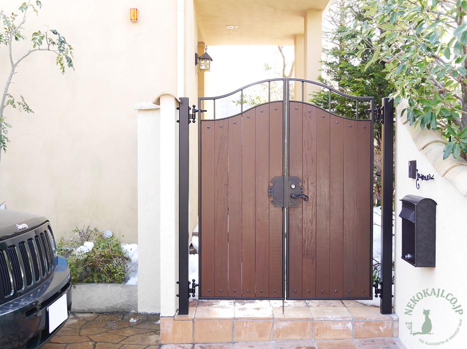木 パネルとアイアンフレームの門扉2