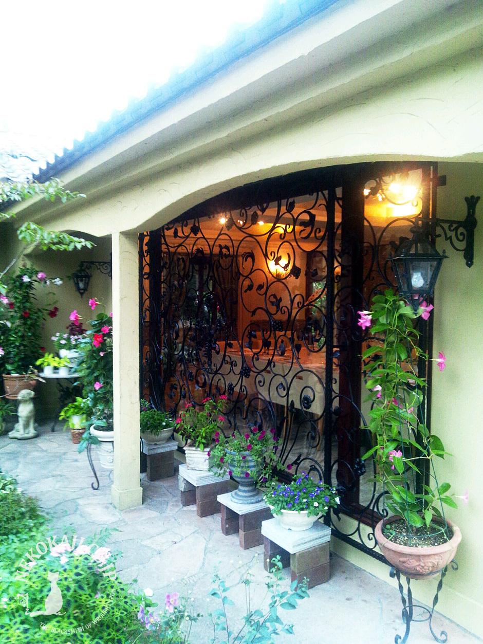 緑あふれる庭を魅せる ロートアイアン面格子
