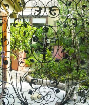 庭に面した窓の ロートアイアンアイアン面格子