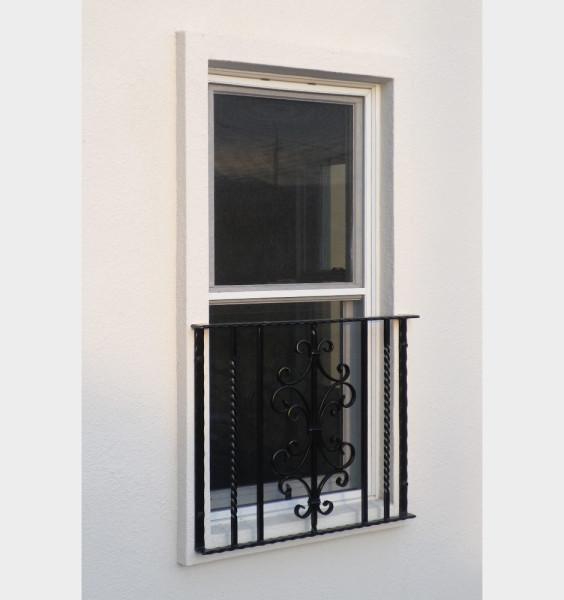 上げ窓とロートアイアン 面格子
